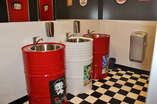 Invercargill, New Zealand: Oil Drum Hand Basins In The Betty Boop Ladies Loo.