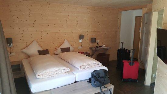 Hotel Silberhorn: Valley view room on third floor - no fridge or coffee/tea facilities