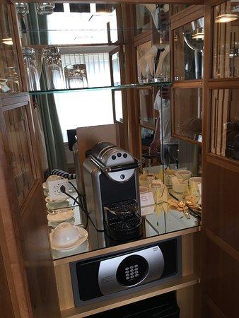 Widder Hotel: Bathroom,  view from Room , coffee machine