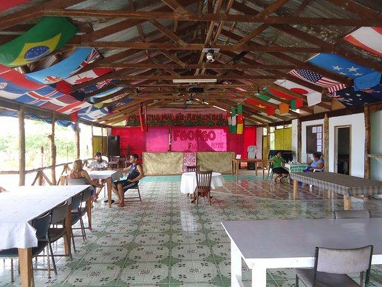 Saleapaga, Samoa: El comedor rodeado de banderas de todo el mundo