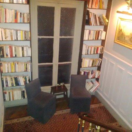 Hotel de la Porte Doree: Pallier bibliothèque