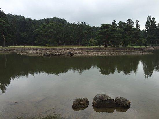 Motsu-ji Temple: 手前から中ノ島に向け橋がかかっていた遺構