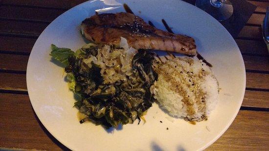 Vinpearl: Recomendacion del Chef! Salmon con salsa de ajonjoli ensalada de algas acompañado de arroz