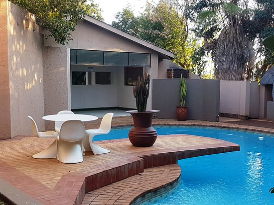 Bryanston, Sudafrica: Our sparkling swimming pool and outdoor area