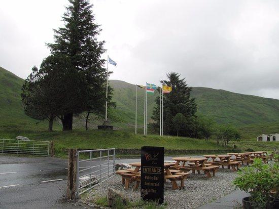 Glenmoriston, UK: Too wet for us to dine outside