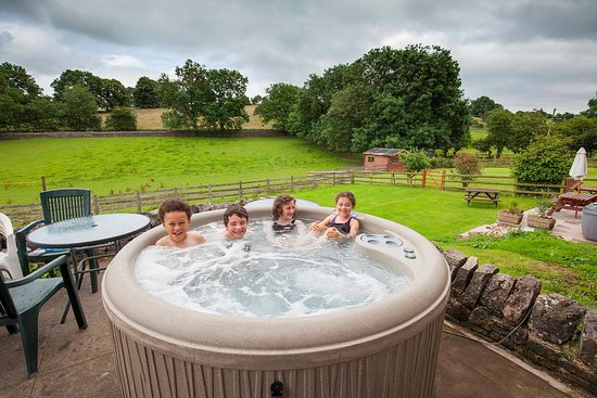 Waterhouses, UK: Kids loving the Hot Tub