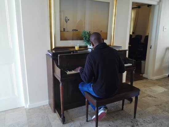 Manor on the Bay: Nice piano at the dining area :)