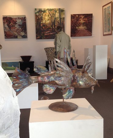"""Kingscote, Australien: This amazing fish patinated sculpture """"swims"""" nonchalently in one front window of the gallery."""