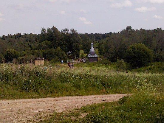 Sizma, Russia: Источник Святого Пантелеймона, вид со стороны дороги и площадки разворота транспорта