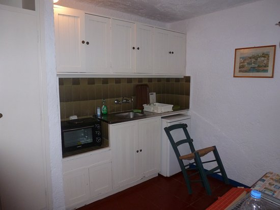cuisine avec un frigo qui ne ferme pas - Picture of Esperides Villas ...