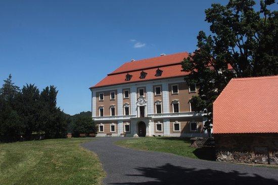 Valec Castle: Zámek Valeč pohled na vstup