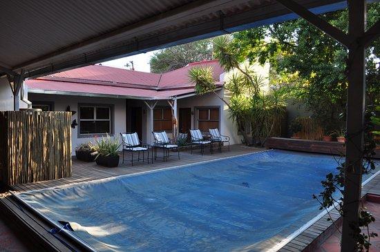 Vondelhof Guesthouse: Innenhof mit abgedeckten Pool (Wassermangel in Windhoek)