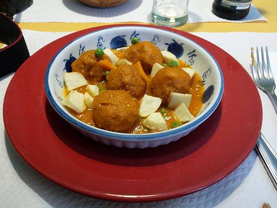 Galgala Vegetariano : Albóndigas vegetales con salsa y patatas fritas.