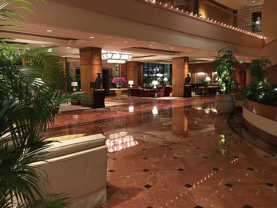 Regent Singapore, A Four Seasons Hotel: Main atrium ground floor area in evening: very calm