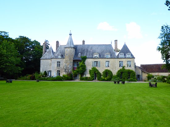 Saint-Paterne, Frankrike: rear of Chateau