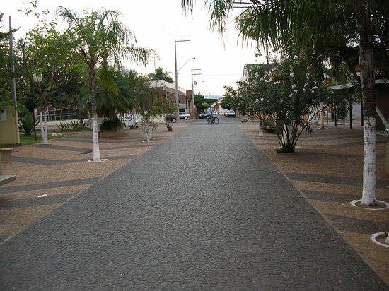 Urupes, SP: Alameda Calçadão Igreja Matriz São Lourenço de Urupês
