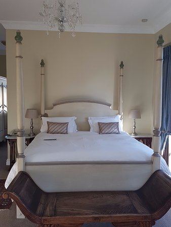 Franschhoek Country House & Villas: Luxurioulsy dressed Kingsize bed in Room 14.