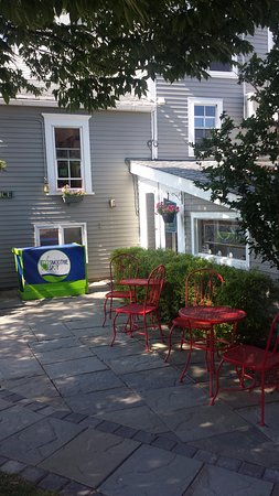 The Inn At Block Island: Breakfast outdoors