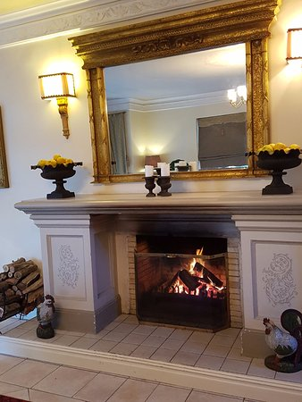 Franschhoek Country House & Villas: A friendly fire crackling downstairs in the Luxury Rooms lounge.