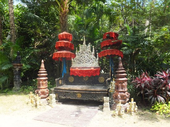 Lipa Noi, Thailand: dusit dhewa, the djungle throne