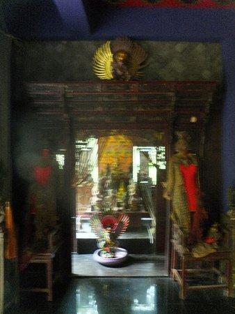 Lipa Noi, Thailand: dusit dhewa, the houseshrine