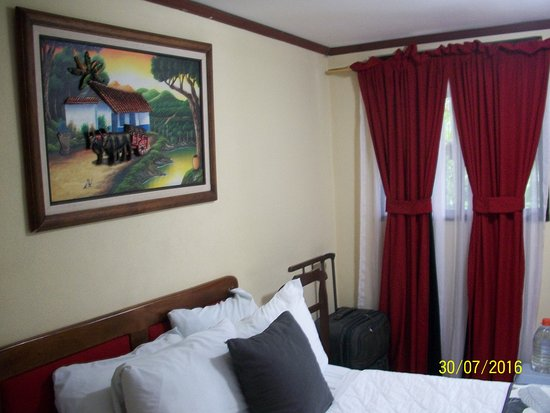 Berlor Airport Inn: view of bed and front window