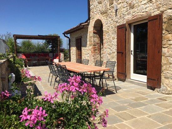 Monte Santa Maria Tiberina, İtalya: outside eating from kitchen