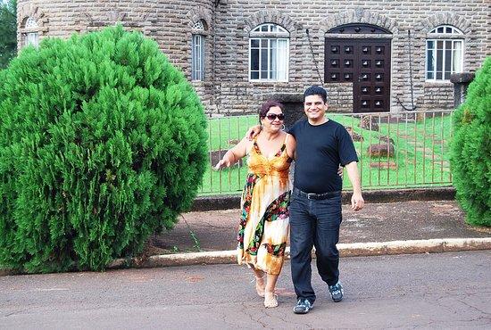 Crissiumal, RS: Mais foto com a Noeli em frente ao Castelo