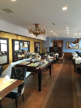 โรงแรมโกลเด้น เวลล์ (ยู ซเลท สตูดเน่): 朝食のレストラン