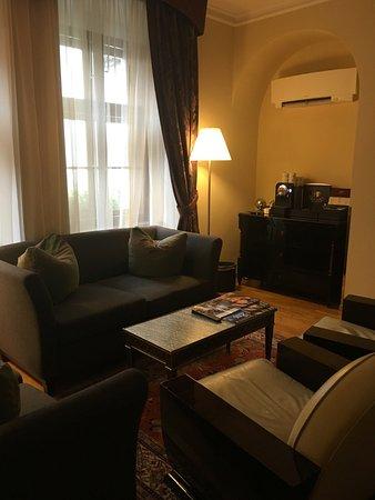 โรงแรมโกลเด้น เวลล์ (ยู ซเลท สตูดเน่): ライブラリーでは16時からワインとフィンガーフードがサービスされます。