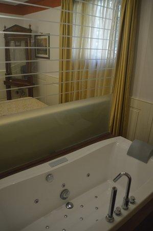 Residence Palazzo Odoni: El jacuzzi, detrás del cabezal de la cama