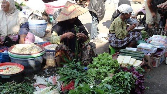 Aditongkol Tour Guide: Ampenan local Market