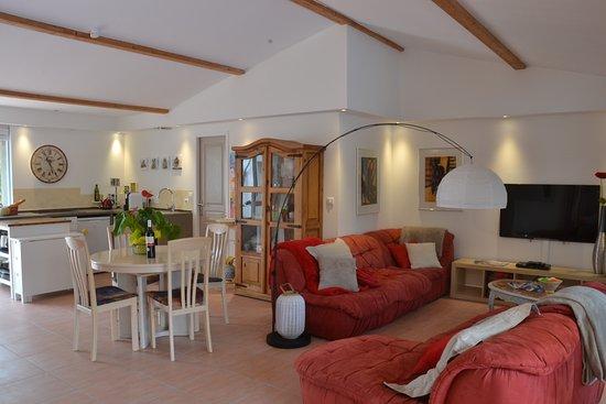 Petit Hotel Marseillan: Villa_Open living space