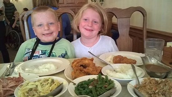 Blue Gate Restaurant and Bakery: Family style meal.