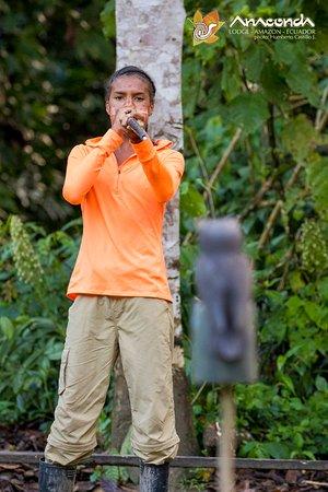 Anaconda Lodge Ecuador Amazonia: Practicing with the Blow gun!