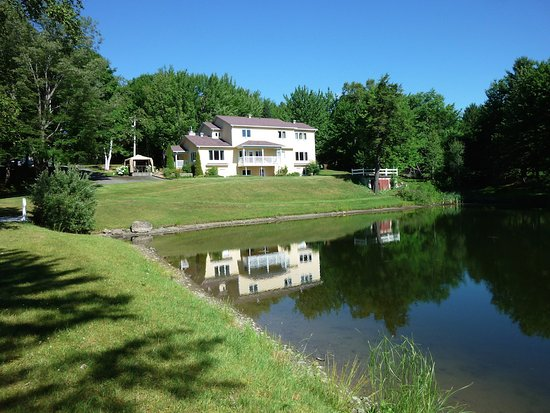 Domain des Quatre Lacs : view of the house from the lake.