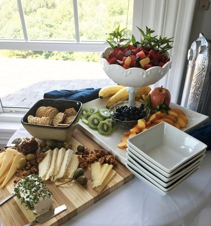 Topside Inn: Fruit and cheese display you can order to your room!