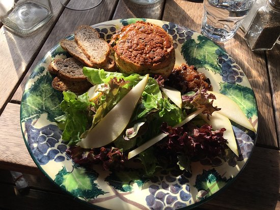 Richmond, نيوزيلندا: Twice baked Blue cheese soufflé with walnut crostini and pear salad