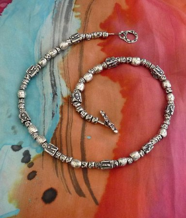 "Arroyo Seco, Nouveau-Mexique : ""Endless Love"" Sterling silver and fresh water pearls"