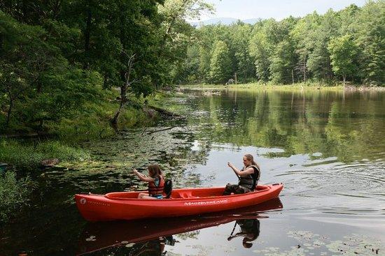 Crozet, Вирджиния: Canoe on Montfair's tranquil lake