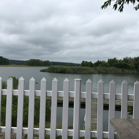 Westbrook, Коннектикут: Looking out at the river from the picnic tables.