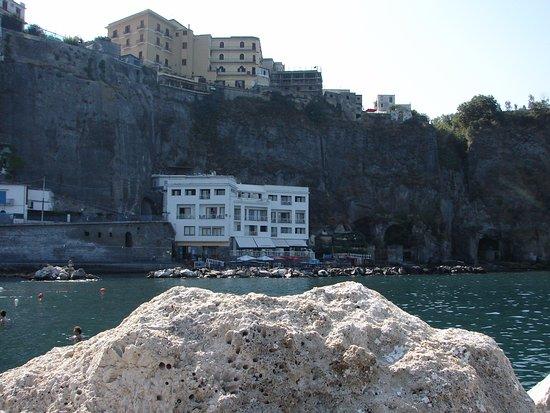 Hotel Giosue a Mare: Ez a szálloda. 11 órától már süti a nap.