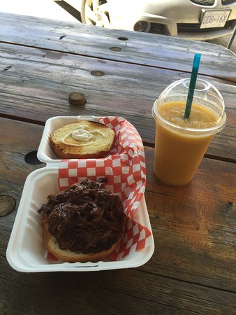 Greenwood, Kanada: Pulled Beef Sandwich And Mango Smoothie