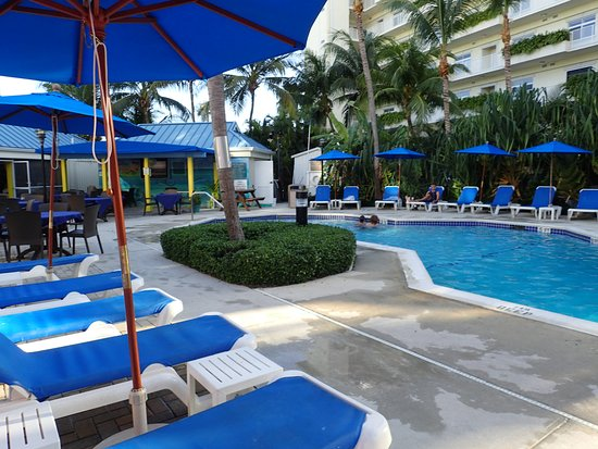 Comfort Suites Seven Mile Beach: The hotel pool
