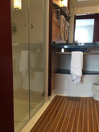 Badezimmer Mit Plastikduschzelle - Picture Of Novotel Suites Nancy ... Badezimmer Mit