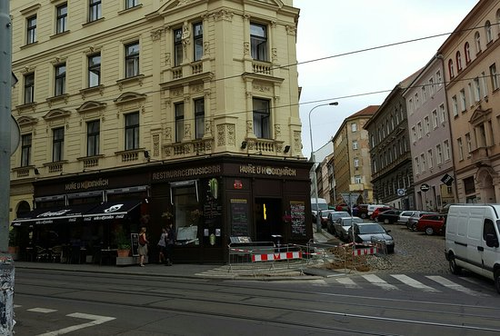 Kure v hodinkach: Superb restaurant in nice area.