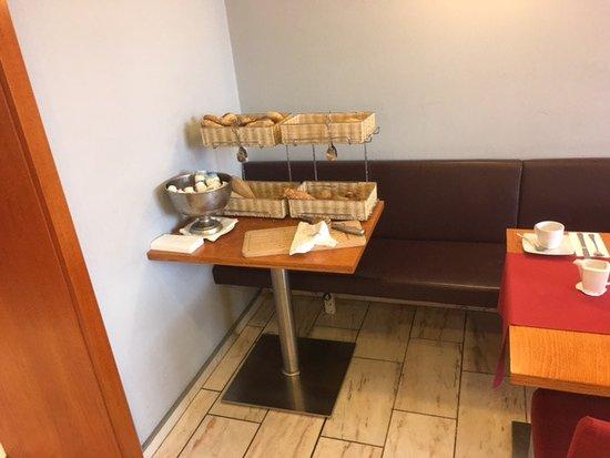 Hotel Astoria: Verschiedene Brotsorten und Brötchen.