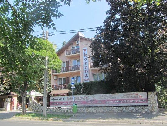 Korona Panzio: Haupthaus, direkt an der Bushaltestelle