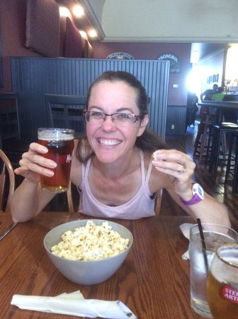 Walker's Landing: Some appetizer! Draft beer and free popcorn
