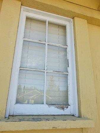 Die Fenster: dreckig, undicht, kaputt